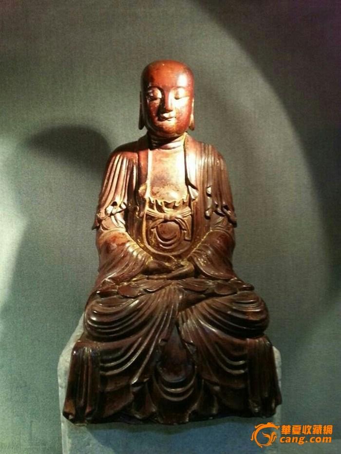 明代佛像 木雕男相观音 高40厘米 宽23厘米 材质 香樟木 明清的金铜佛像就构成了今天中国古代佛像投资市场的主体。明代锻造金铜佛像非常兴盛。明早期的汉传佛教造像,身体比例对比适中,身躯丰满结实,线条简练流利,丰腴而不虚,近人而不俗。