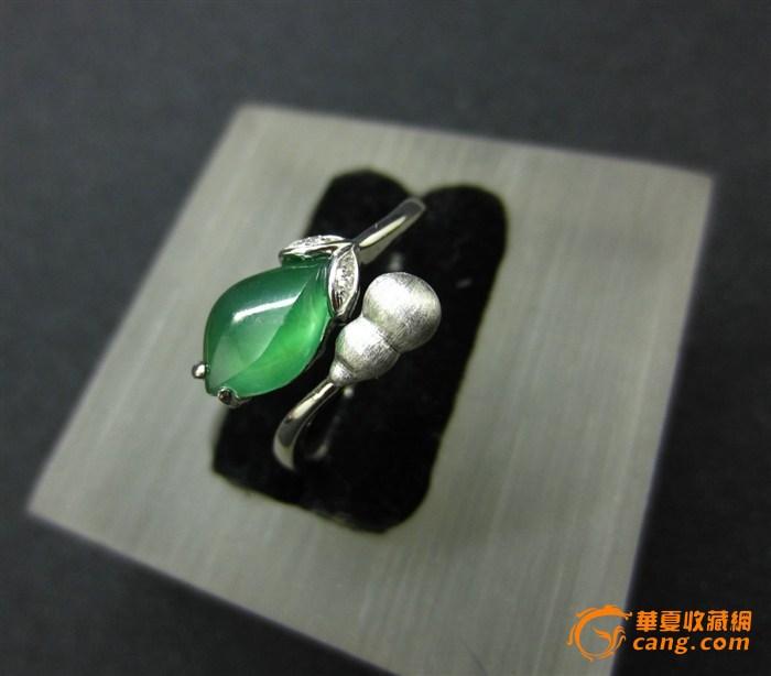 界面尺寸:9.7*5.9mm 戒指内圈直径:16.6mm(可活动) 港号:12.5号 钻石:4粒 重:2.68克 很漂亮的戒指,色泽漂亮,种水饱满,18k白金伴钻,时尚迷人! 色差: 图片跟实物基本一致,但由于相机镜头与电脑显示器的差异,可能存在色差,请多作对比! 尺寸: 尺寸为游标卡尺手工测量,分别取最大值,可能有轻微误差,务必看好尺寸是否合适!建议将标的尺寸,用笔画在纸上看看,看是否合适! 快递: 默认顺丰快递,顺丰不到的请提前站内信联系,也可要求邮费到付 提示: 拍卖过程有任何疑问请先联系问清楚,避