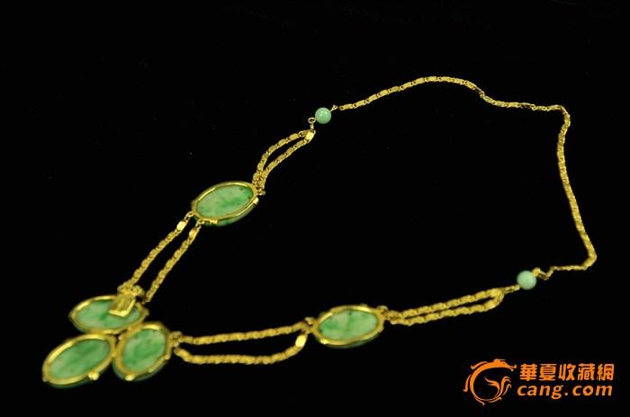 有两个椭圆形老翠绿色雕刻翡翠玉叶和翡翠珠子分别