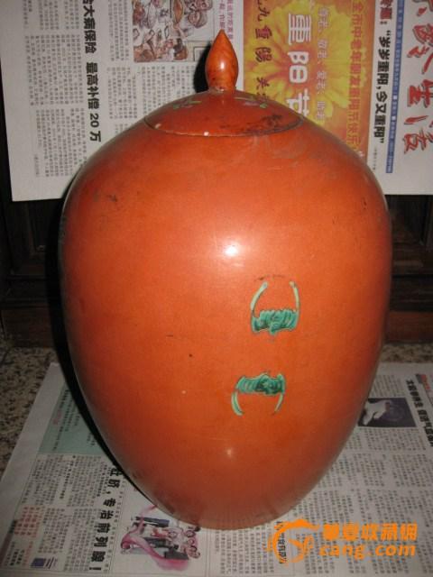 清晚期。紫红釉花卉大罐。高32厘米