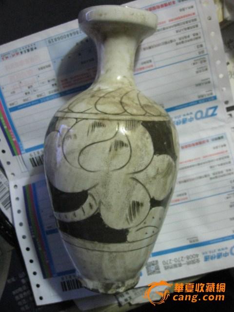 花卉盘口瓶。高22厘米