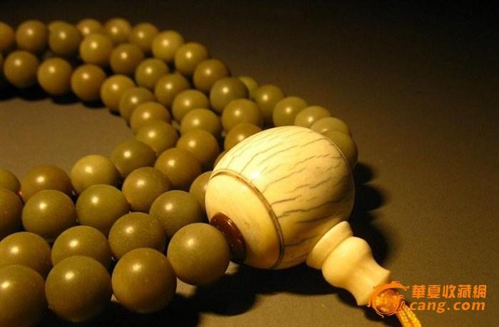 佛珠的珠头代表佛宝,贯串整串珠的绳子表义法宝